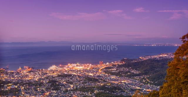 天狗山より夕暮れの小樽市街遠望の写真素材 [FYI01472107]