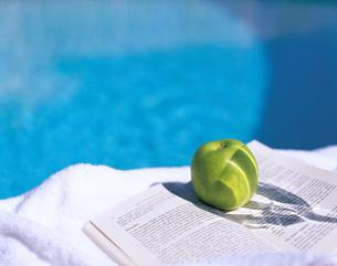 洋書と青りんごの写真素材 [FYI01472108]
