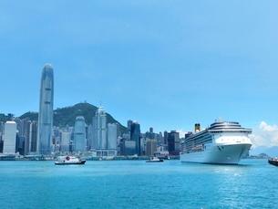 青空とヴィクトリア湾から香港島と大型客船の写真素材 [FYI01472114]