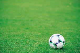 芝生のサッカーボールの写真素材 [FYI01472143]