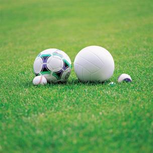 芝生とサッカーボールの写真素材 [FYI01472161]