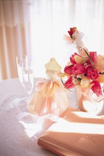 花とミニウエディングドレスの写真素材 [FYI01472167]
