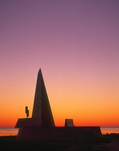 朝焼けと宗谷岬モニュメントの写真素材 [FYI01472179]