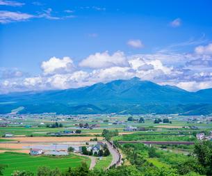 富良野点景  十勝岳連峰と富良野盆地を望むの写真素材 [FYI01472203]