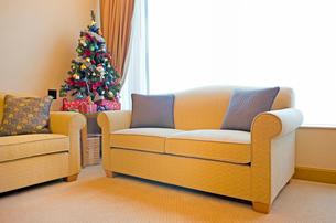 リビングルームのクリスマスツリーの写真素材 [FYI01472238]