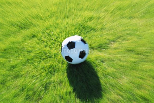 飛んできたサッカーボールの写真素材 [FYI01472286]