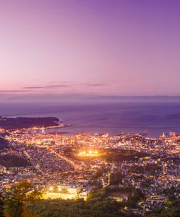天狗山より夕暮れの小樽市街遠望の写真素材 [FYI01472295]