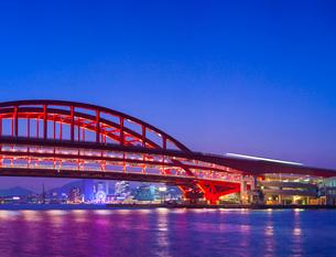 夕暮れの神戸大橋とモザイク遠望の写真素材 [FYI01472349]
