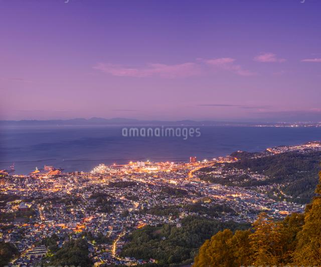 天狗山より夕暮れの小樽市街遠望の写真素材 [FYI01472362]