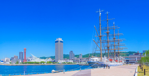 帆船日本丸と快晴の神戸港の写真素材 [FYI01472389]