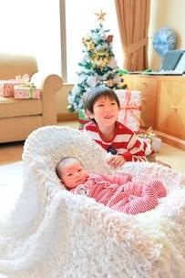 クリスマスツリーと赤ちゃんとお兄さんの写真素材 [FYI01472395]