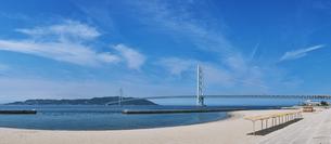 舞子海岸より明石海峡大橋と淡路島遠望の写真素材 [FYI01472408]