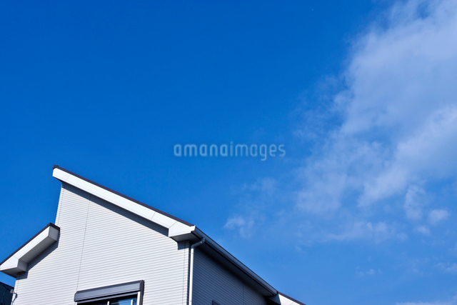青空と住宅の屋根の写真素材 [FYI01472443]