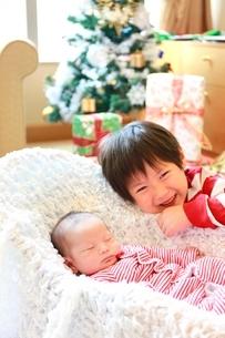 クリスマスツリーと赤ちゃんとお兄さんの写真素材 [FYI01472523]