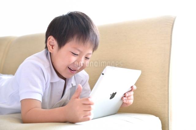 タブレットPCと男の子の写真素材 [FYI01472533]