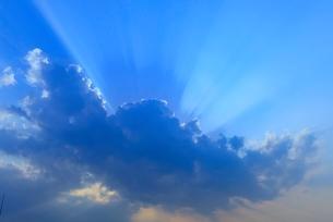 青空の雲と光の写真素材 [FYI01472587]