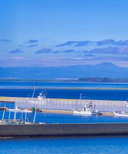 北海道 野付漁港と国後島遠望の写真素材 [FYI01472602]