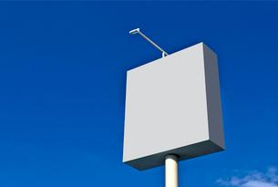 青空と看板の写真素材 [FYI01472610]