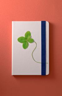 四葉のクローバーと白いノートの写真素材 [FYI01472745]