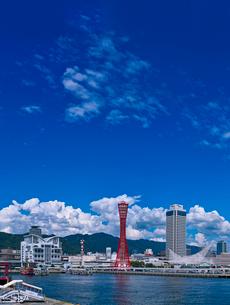 夏雲湧く神戸港中突堤とメリケンパークの写真素材 [FYI01472802]
