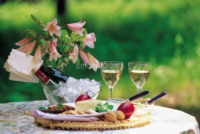 ワインボトルとグラスとチーズの写真素材 [FYI01472864]