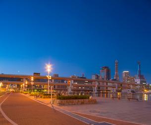 夕暮れのメリケンパーク 神戸港150周年リニューアルの写真素材 [FYI01472951]