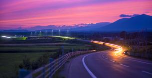 北海道 十勝平野 点景  夕焼けに続く道 の写真素材 [FYI01473028]