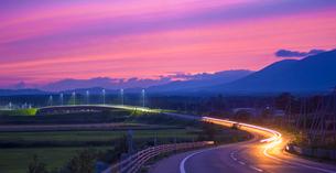 北海道 十勝平野 点景  夕焼けに続く道 の写真素材 [FYI01473123]
