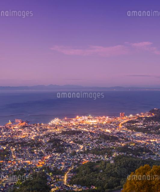 天狗山より夕暮れの小樽市街遠望の写真素材 [FYI01473149]
