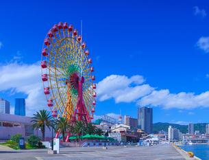 青空の神戸ハーバーランドと観覧車の写真素材 [FYI01473171]