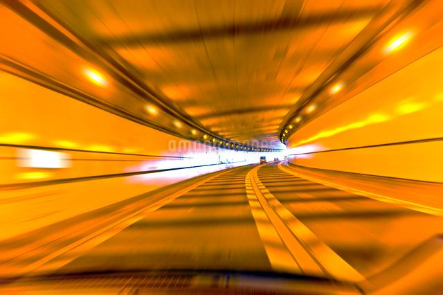 高速道路のトンネルの写真素材 [FYI01473200]