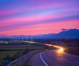北海道 十勝平野 点景  夕焼けに続く道 の写真素材 [FYI01473206]