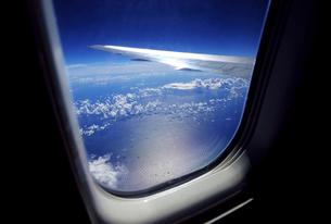 旅客機の窓からの眺めの写真素材 [FYI01473606]