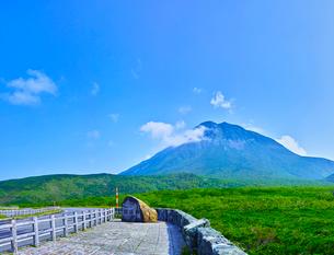 新緑の羅臼岳と青空の写真素材 [FYI01473785]