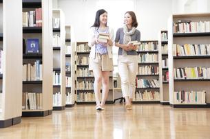 図書室を歩く2人の女子大学生の写真素材 [FYI01473838]