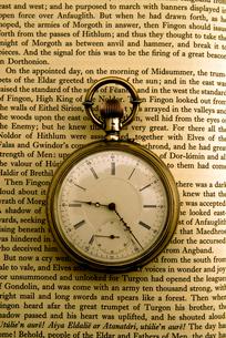 洋書と懐中時計の写真素材 [FYI01473986]