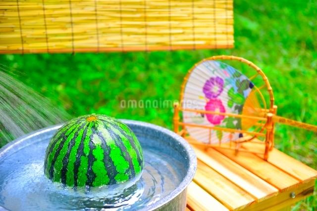 冷やしたスイカと団扇の写真素材 [FYI01474007]