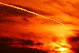 空 飛行機雲と夕焼け空の写真素材 [FYI01474114]