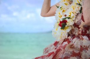 ハワイの海とレイを着けている女性の写真素材 [FYI01474201]