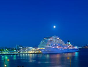 満月が照らす神戸港夜景の写真素材 [FYI01474215]