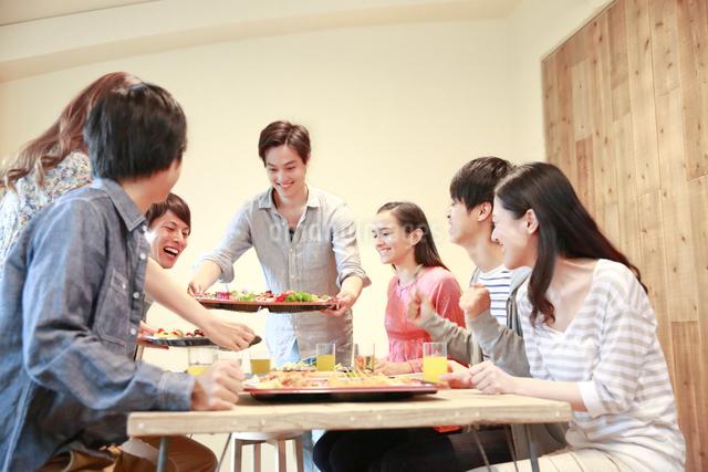 若者ホームパーティイメージの写真素材 [FYI01474304]