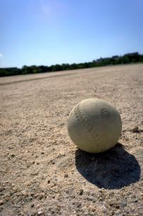 グランドのソフトボールの写真素材 [FYI01474324]