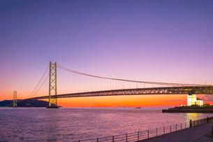 夕暮れの明石海峡大橋の写真素材 [FYI01474351]