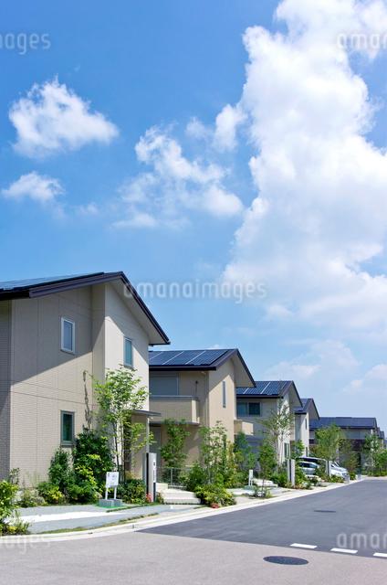 屋根に太陽光発電を設置した住宅街の写真素材 [FYI01474534]