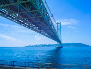 明石海峡大橋と淡路島遠望の写真素材 [FYI01474577]