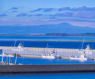 北海道 野付漁港と国後島遠望の写真素材 [FYI01474860]