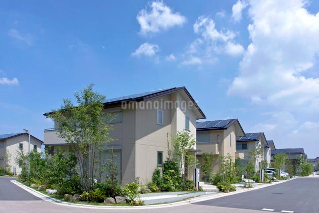 屋根に太陽光発電を設置した住宅街の写真素材 [FYI01474922]