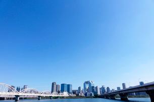 淀川河川敷から望む大阪梅田ビル群の写真素材 [FYI01474964]