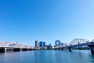 淀川河川敷から望む大阪梅田ビル群の写真素材 [FYI01475044]