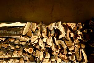 積まれた薪の写真素材 [FYI01475198]